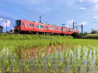 田園風景を走る赤い電車の写真・画像素材[4335760]