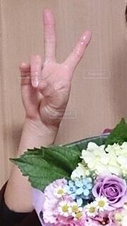Vサインと花束。の写真・画像素材[3824693]
