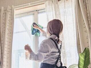 窓ふきをしている女性。の写真・画像素材[4803284]