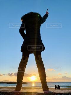 女性,自然,風景,海,空,屋外,太陽,朝日,雲,後ろ姿,砂浜,黒,水面,海岸,水平線,シルエット,防波堤,人物,人,ひとり,正月,お正月,仁王立ち,日の出,cloud,新年,初日の出,うしろ姿,神奈川県,希望,ダウン,決意,ロングブーツ,ダウンコート,防寒対策,冬の朝日,20代,目指す,パンツスタイル,写真素材,ナンバーワン,自然のパワー,30代,ミディアムロング,新たなスタート,決意表明,黒ダウン,目標立て,No.1,目指すもの,人生の目標,目的はひとつ,茶色ロングブーツ,全身ヒートテック,自分の中で決意