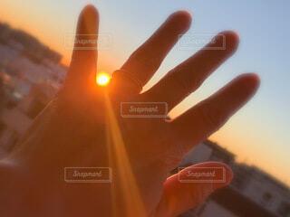 風景,空,屋外,太陽,朝日,晴れ,青空,青,手,景色,オレンジ,手のひら,外,人,正月,ブルー,お正月,日の出,快晴,晴,カラー,色,グラデーション,新年,初日の出,左手,橙色,だいだい色