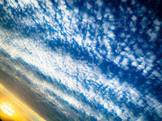 自然,風景,空,屋外,太陽,朝日,白,雲,青空,青,日光,景色,日差し,オレンジ,スカイブルー,正月,ブルー,お正月,日の出,うろこ雲,ホワイト,カラー,色,オレンジ色,グラデーション,新年,初日の出,ブルースカイ,橙色,だいだい色