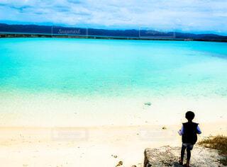 男の子と海の写真・画像素材[4593047]