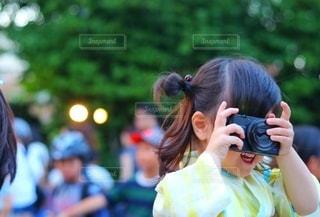 携帯電話で話している少女の写真・画像素材[3378788]
