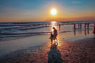 ビーチを歩いている人々のグループの写真・画像素材[3403560]