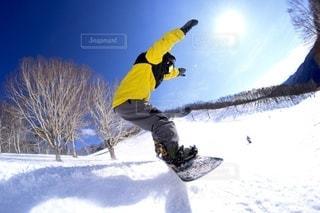 空中でスノーボードに乗っている男の写真・画像素材[3314095]