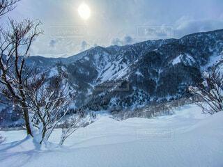 雪に覆われた山の写真・画像素材[4146463]