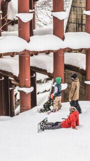 雪の中に立っている人々のグループの写真・画像素材[4146464]