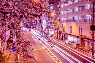夜の交通で満たされた街の通りの写真・画像素材[4281036]