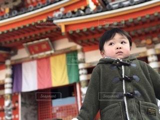 神社の前の小さな男の子の写真・画像素材[3315038]
