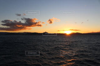 自然,風景,海,空,太陽,朝日,雲,波,水面,正月,お正月,日の出,クルーズ,新年,初日の出,元日,洋上,2021