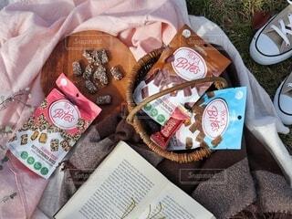 食べ物の袋をテーブルの上に置くの写真・画像素材[3953242]