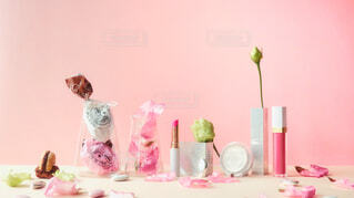 テーブルの上にピンクの花で満たされた花瓶の写真・画像素材[4305316]