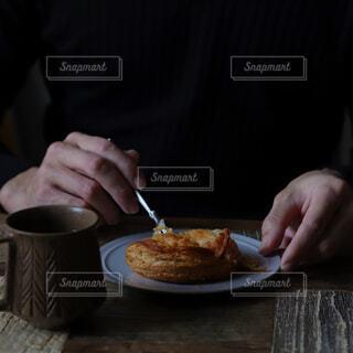 食べ物,カフェ,コーヒー,屋内,デザート,テーブル,人物,リラックス,人,食器,おうちカフェ,ドリンク,おうち,菓子,ライフスタイル,ファストフード,スナック,コーヒー カップ,おうち時間