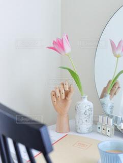テーブルの上に花の花瓶の写真・画像素材[4329530]