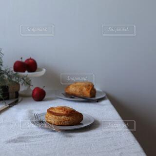 食べ物の皿をテーブルの上に置くの写真・画像素材[4334510]