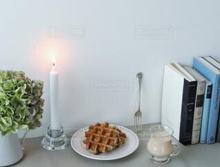 テーブルの上に花の花瓶の写真・画像素材[4334512]