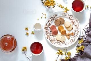 皿に食べ物の皿をトッピングしたテーブルの写真・画像素材[4825385]