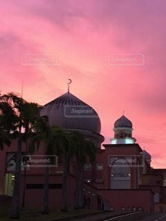 夕焼け空とイスラム教モスクのシルエットの写真・画像素材[3487054]