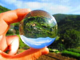建物,屋外,青空,手,田舎,山,景色,手持ち,人物,ボール,丸,ポートレート,ライフスタイル,水晶玉,故郷,手元,クリスタルボール