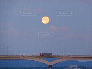 自然,風景,海,空,建物,橋,屋外,雲,車,水面,月,トラック,満月,海面,クレーター,月光,薄雲
