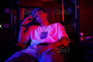 椅子に座ってる人の写真・画像素材[3668186]