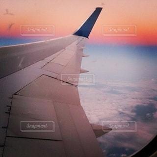 空を飛ぶ大きな飛行機の中からの写真・画像素材[3439245]