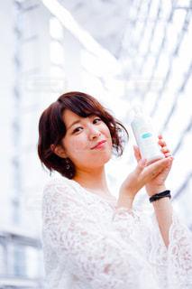 白いシャツの女の写真・画像素材[718010]