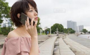 携帯電話で話している若い女の子の写真・画像素材[746892]