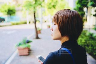 歩道に立っている女性の写真・画像素材[746979]