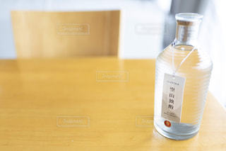 木製のテーブルの上に座ってコーヒー カップの写真・画像素材[1276827]