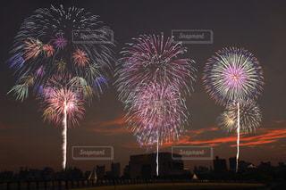 空に花火のグループの写真・画像素材[1310547]