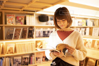 本の棚を持っている人の写真・画像素材[1590004]