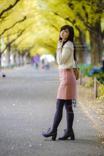 通りを歩く女性の写真・画像素材[1592288]