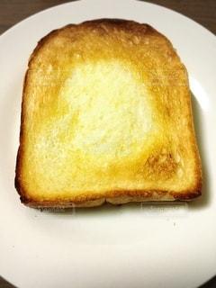 白い皿の上のパンの写真・画像素材[3342861]