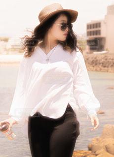 ビーチで歩いている女性の写真・画像素材[3641770]