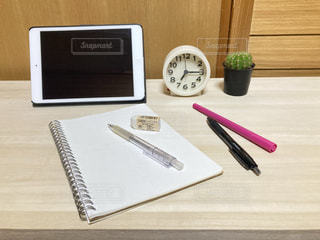 屋内,室内,時計,テーブル,ペン,ノート,ツール,勉強,ガジェット,自宅,タブレット,自習,学習,自宅学習,オンライン学習