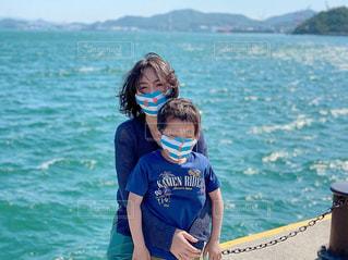 3密避けておそろマスクで海辺への写真・画像素材[3526718]