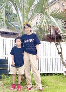 ヤシの木と母子の写真・画像素材[4633977]