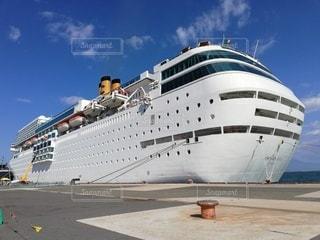 背景に大きな船の写真・画像素材[3350834]