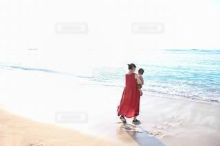 ビーチを歩いている親子の写真・画像素材[3408696]