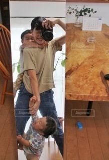 鏡の中の親子写真の写真・画像素材[3881011]