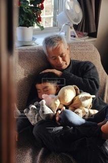 祖父の腕の中の写真・画像素材[4020147]