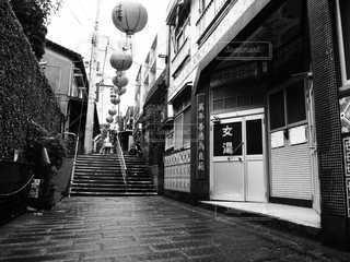 裏路地の白黒写真の写真・画像素材[3355151]