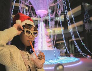 10代,青,気球,アート,女子,イルミネーション,人,クリスマス,丸,ブルー,ツリー,メガネ,グランフロント大阪,クリスマス ツリー,ファッションアクセサリー,グランフロントクリスマス,GrandWishChristmas2020