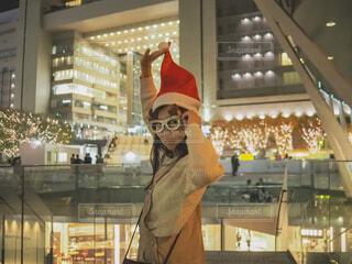 10代,青,帽子,気球,アート,女子,イルミネーション,人,クリスマス,丸,ブルー,ツリー,メガネ,グランフロント大阪,グランフロントクリスマス,GrandWishChristmas2020