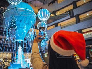 10代,青,気球,アート,女子,スマホ,イルミネーション,人,クリスマス,丸,ブルー,ツリー,メガネ,グランフロント大阪,クリスマス ツリー,ファッションアクセサリー,グランフロントクリスマス,GrandWishChristmas2020