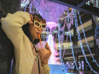女性,10代,青,気球,アート,女子,イルミネーション,人,クリスマス,丸,ブルー,ツリー,メガネ,グランフロント大阪,クリスマス ツリー,ファッションアクセサリー,グランフロントクリスマス,GrandWishChristmas2020