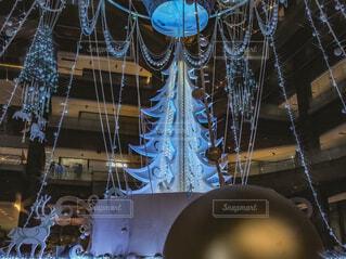 青,気球,アート,イルミネーション,人,クリスマス,丸,ブルー,ツリー,グランフロント大阪,クリスマス ツリー,グランフロントクリスマス,GrandWishChristmas2020