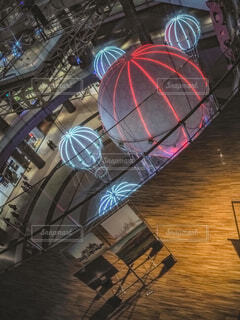 青,気球,アート,イルミネーション,人,クリスマス,丸,ブルー,ツリー,グランフロント大阪,クリスマス ツリー,ファッションアクセサリー,グランフロントクリスマス,GrandWishChristmas2020